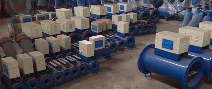 一、 功能与用途 高效多功能电子除垢仪(电子水处理器)是本厂经过多年研究的开发成果,具国际领先水平的最新一代电子除垢仪(电子水处理器)设备。该设备具有防垢除垢、防腐阻锈、杀菌灭藻、活化水质等功能。可广泛应用于中央空调系统,工业冷却系统、热交换系统、热水锅炉系统及其它各种用水设备系统。 二、工作原理 该设备是根据不同的水质适应不同频率的电磁场来处理的机理设计。由主机产生变频高频电场对水进行处理,产生共鸣作用,使用有的大缔合体状态水的结合键被深度打断,离解成活性很强的单分子或小缔合体状态的水,从而改变了水的